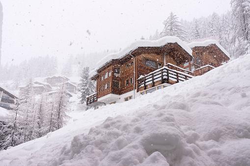 雪の吹きだまり「Alpine Chalet. Zermatt. Switzerland」:スマホ壁紙(7)