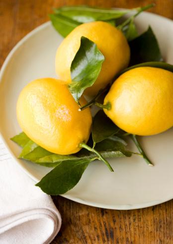 Napkin「Three lemons on plate, high angle view」:スマホ壁紙(4)
