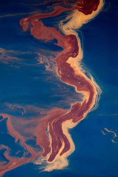 Oil Spill「Coast Guard Attempts Burning Off Oil Leaking From Sunken Rig」:写真・画像(14)[壁紙.com]