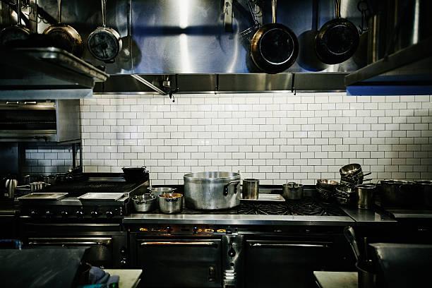 Pots simmering on range in restaurant kitchen:スマホ壁紙(壁紙.com)