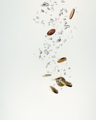 Economic fortune「Coins sinking in water」:スマホ壁紙(15)