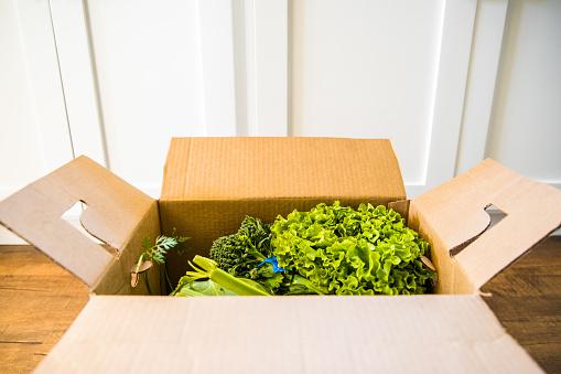 Rich Fury「Grocery delivery in open box」:スマホ壁紙(1)
