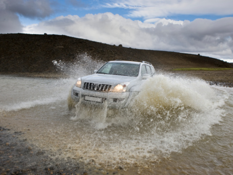 Spraying「Jeep crossing glacial river, Iceland」:スマホ壁紙(14)