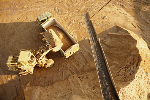 Earth Mover「Digger and lorry at quarry, overhead view」:スマホ壁紙(13)