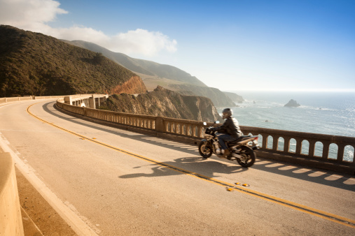 Pacific Ocean「Motorcycle crossing the Bixby Bridge, Big Sur, California, USA」:スマホ壁紙(16)
