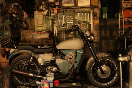 Motorcycle「Motorcycle in an auto repair shop, Mussoorie, Uttarakhand, India」:スマホ壁紙(10)