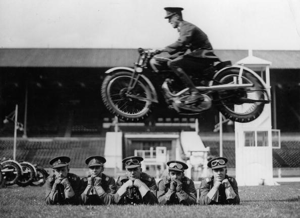 Stunt「Motorcycle stunt of the London Signal Corps in the Wembley stadium, Photograph, England, May 19th 1936」:写真・画像(11)[壁紙.com]