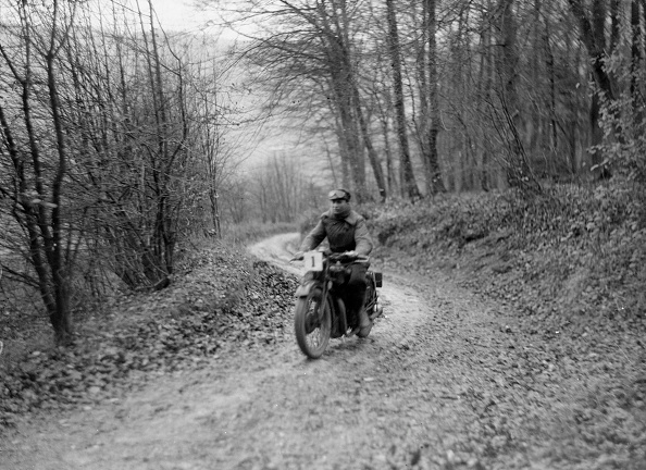 Country Road「Motorcycle ridden by RD Quincy competing in the Inter-Varsity Trial, November 1931」:写真・画像(12)[壁紙.com]