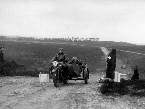 Country Road「Motorcycle and sidecar competing in a motoring trial, Bagshot Heath, Surrey, 1930s」:写真・画像(1)[壁紙.com]