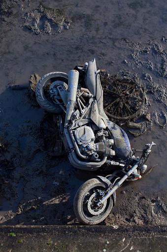 自転車・バイク「Motorcycle and bike in the mud thrown the canal」:スマホ壁紙(16)