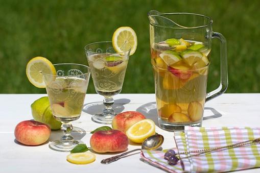 Ice Tea「Peach iced tea in carafe, lemon, ice, mint leaves and peaches」:スマホ壁紙(17)