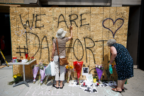 Makeshift「Toronto Mourns Victims Of Mass Shooting That Killed 2 And Injured 13」:写真・画像(2)[壁紙.com]