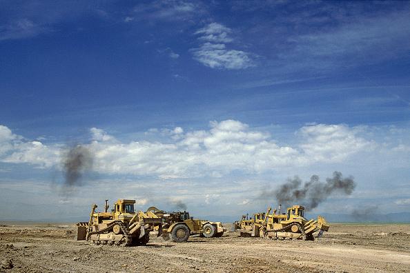 Construction Equipment「Caterpillar scraper and bulldozers during construction of runway at Denver airport. Colorado, USA.」:写真・画像(1)[壁紙.com]