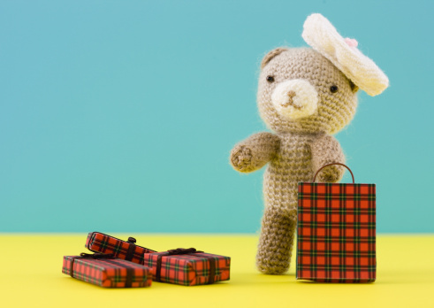 Beret「Knitted teddy bear holding gift」:スマホ壁紙(17)
