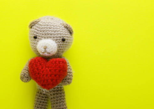 Knitted「Knitted teddy bear holding heart」:スマホ壁紙(14)