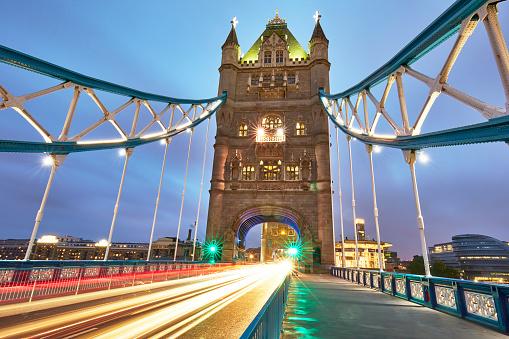 Fame「Light trail in Tower Bridge at dusk」:スマホ壁紙(18)