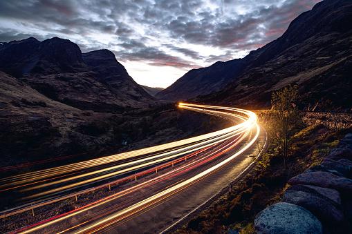 秋「山の中の遠隔道路の夜の光トレイル」:スマホ壁紙(17)