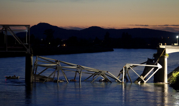 Bridge - Built Structure「I-5 Bridge Collapses On Skagit River In Washington」:写真・画像(1)[壁紙.com]
