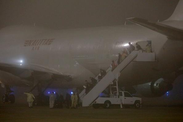 Passenger Craft「Flight Evacuating American Cruise Ship Passengers Exposed To Coronavirus In Japan Arrives In US」:写真・画像(13)[壁紙.com]
