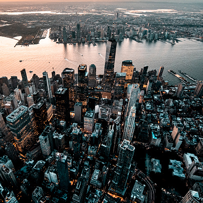 Hudson River Park「Majestic aerial view of Lower Manhattan and One World Trade Center taken from a helicopter at golden hour」:スマホ壁紙(16)