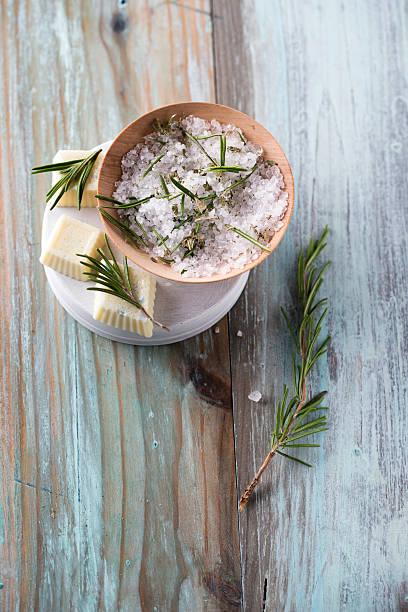 Bath salt and bathpralines with herbs, rosemary, eucalyptus and pine, bowl:スマホ壁紙(壁紙.com)