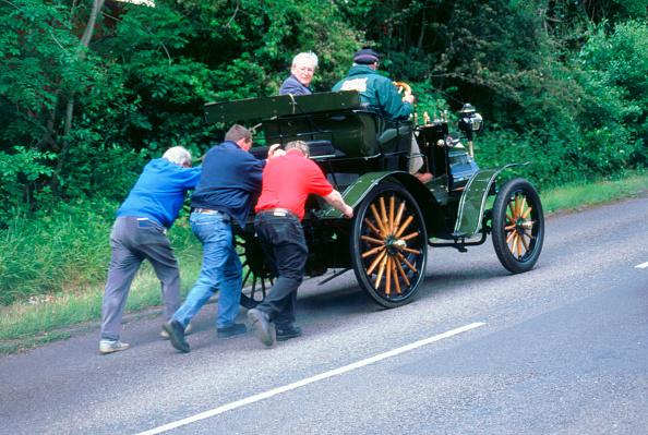 ダイムラーAG「1899 Daimler broken down on a rally」:写真・画像(2)[壁紙.com]