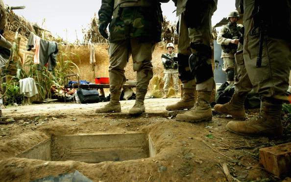 Trapped「Soldiers Guard Compound Where Saddam Hussein Was Captured」:写真・画像(4)[壁紙.com]