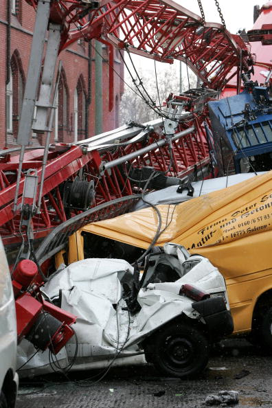 Construction Machinery「Crane Falls Onto Parked Cars In Berlin」:写真・画像(4)[壁紙.com]