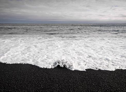 波「Black sandy beach, Djupalonssandur, Iceland」:スマホ壁紙(10)