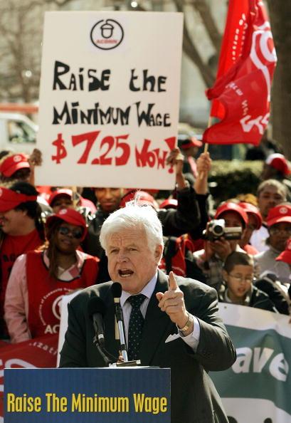 Human Arm「Senator Kennedy Addresses Rally Supporting Minimum Wage Increase」:写真・画像(3)[壁紙.com]