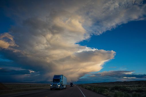 Utah「Semi Truck on American Highway Dramtic Twilight Sky」:スマホ壁紙(13)