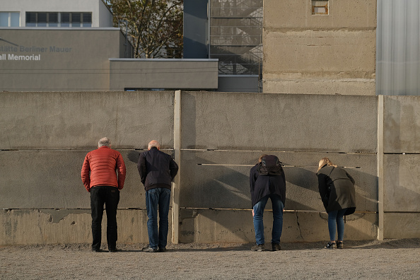 Peeking「Berlin Prepares For 30th Anniversary Of The Fall Of The Berlin Wall」:写真・画像(2)[壁紙.com]