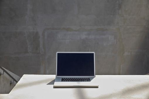 Shadow「Laptop on in a modern building」:スマホ壁紙(2)
