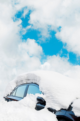 Snowdrift「Black car covered in a thick layer of snow」:スマホ壁紙(1)