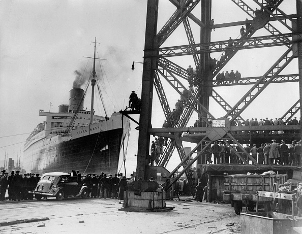Journey「The linder Queen Mary leaves the shipyard to start her voyage to Southmapton where she will be finally completed, Photograph, March 24th 1936」:写真・画像(4)[壁紙.com]