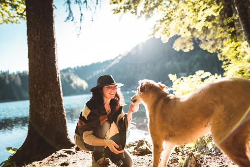 アケビ「山で犬と遊ぶ女性」:スマホ壁紙(8)