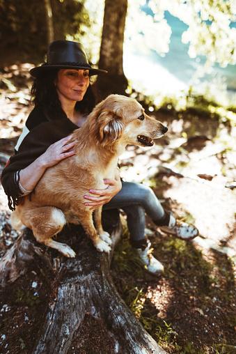 LOVE「山で犬と遊ぶ女性」:スマホ壁紙(18)