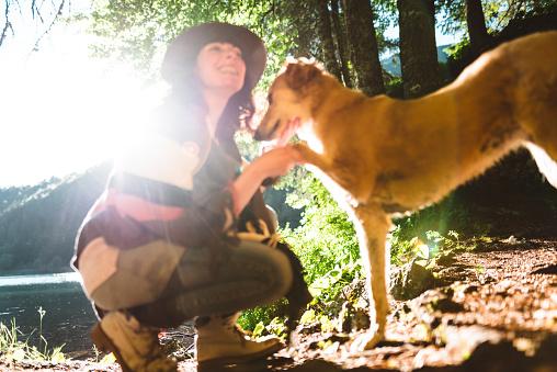 アケビ「山で犬と遊ぶ女性」:スマホ壁紙(9)