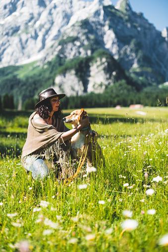 アケビ「山で犬と遊ぶ女性」:スマホ壁紙(15)