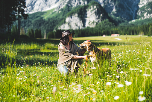 アケビ「山で犬と遊ぶ女性」:スマホ壁紙(16)