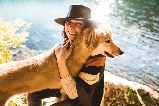 アケビ「山で犬と遊ぶ女性」:スマホ壁紙(2)
