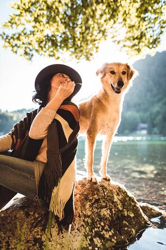 アケビ「山で犬と遊ぶ女性」:スマホ壁紙(7)