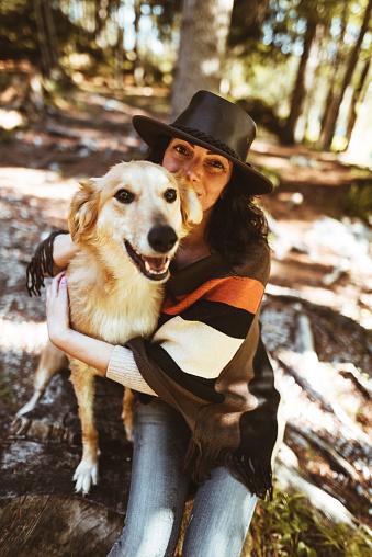動物・ペット「山で犬と遊ぶ女性」:スマホ壁紙(3)
