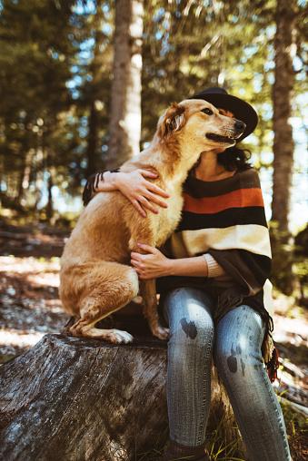 動物・ペット「山で犬と遊ぶ女性」:スマホ壁紙(5)