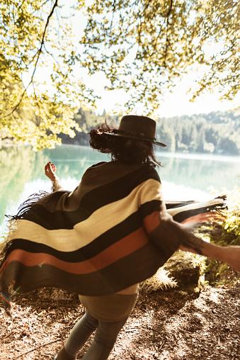 動物・ペット「山で犬と遊ぶ女性」:スマホ壁紙(7)
