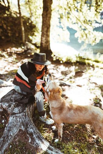 動物・ペット「山で犬と遊ぶ女性」:スマホ壁紙(1)