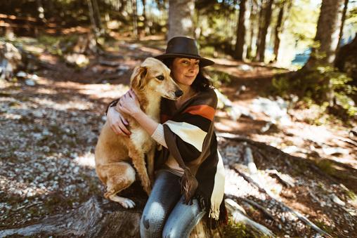 動物・ペット「山で犬と遊ぶ女性」:スマホ壁紙(0)
