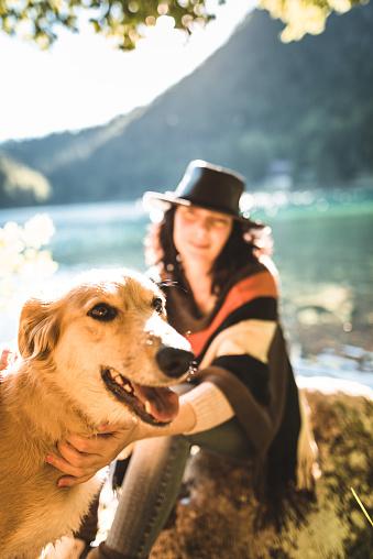 アケビ「山で犬と遊ぶ女性」:スマホ壁紙(11)