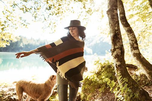 Dog「山で犬と遊ぶ女性」:スマホ壁紙(4)