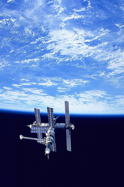 Space Exploration「Russian Mir Space Station As Seen Alongside The Earth By The US Space Shuttle」:写真・画像(6)[壁紙.com]